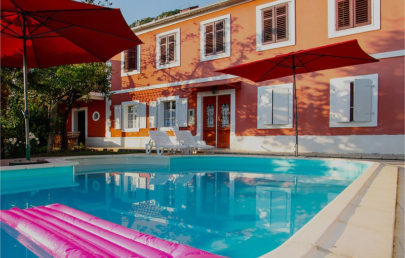 Amazing home in Grizane with Outdoor swimming pool and 5 Bedrooms (CKA270), location de vacances à Tribalj