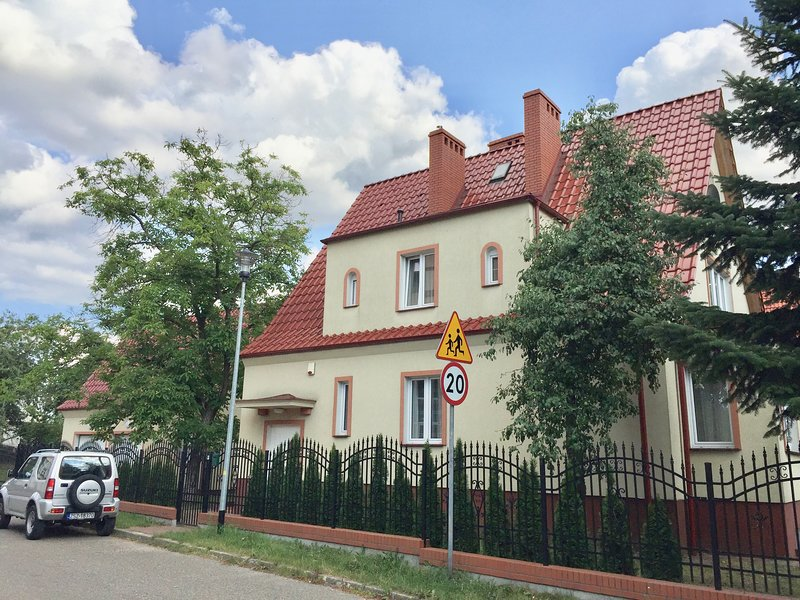 First Floor flat in a free standing villa with garage and 800 sq m garden, holiday rental in Brzezno