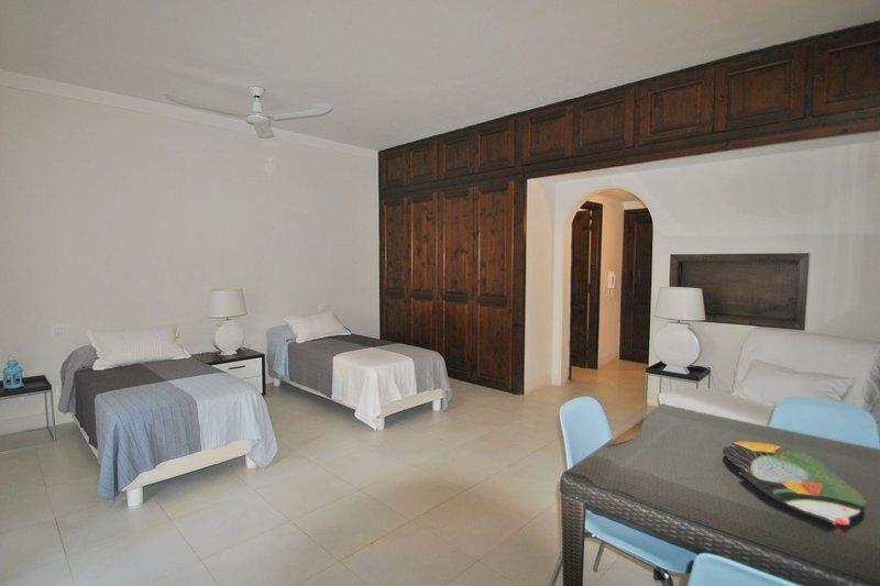 In residence sul mare, al piano terra corte esterna - tipo C, holiday rental in Rosignano Solvay