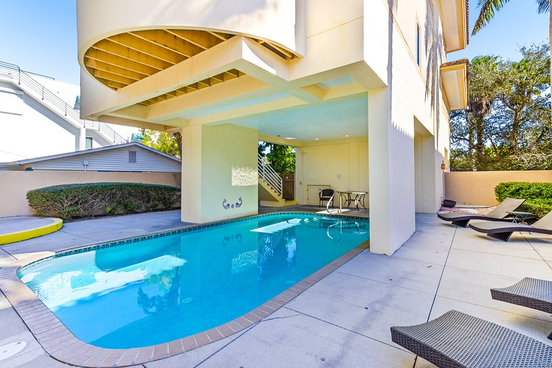 Family-friendly home with private pool, short walk from the beach, dogs OK!, holiday rental in Holmes Beach