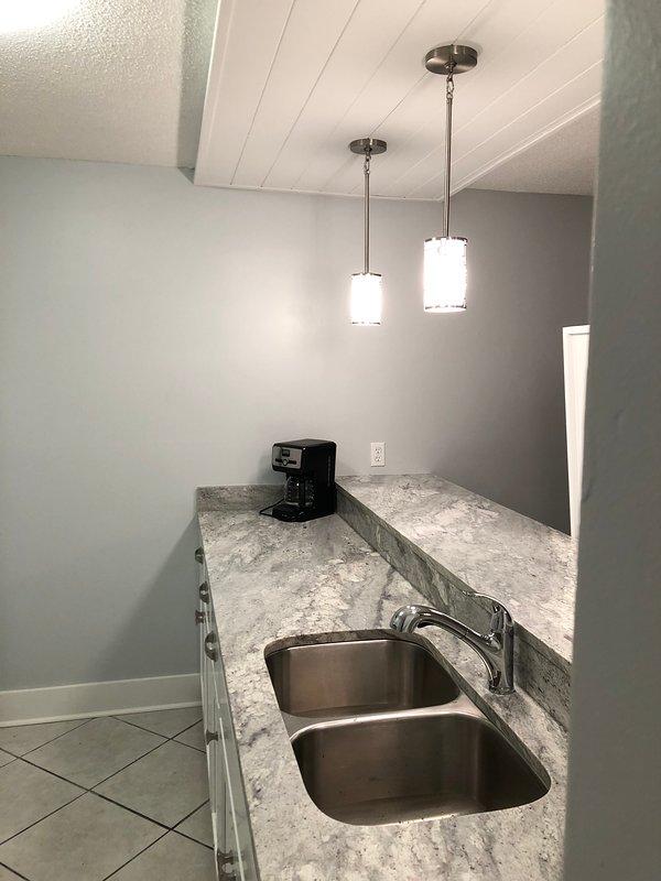 Nueva cocina con encimeras de granito y electrodomésticos nuevos.