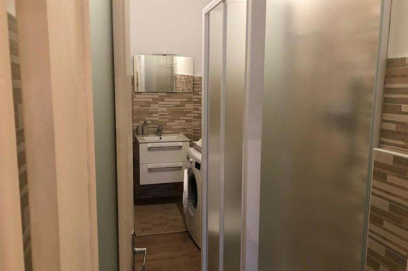 Salle de bain avec douche, wc et bidet