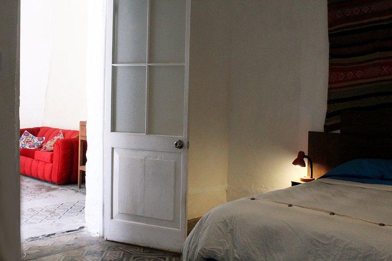 Dormitorio con baño privado, vista desde el interior a la sala de estar.