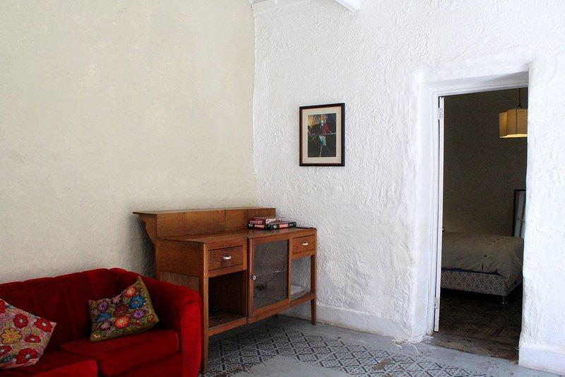 Sala de estar solo para huéspedes en esta habitación con baño privado y televisión.