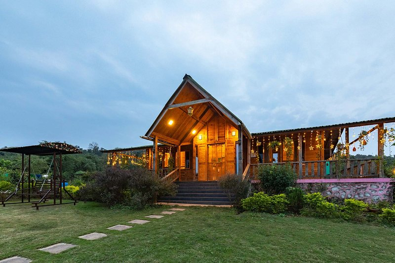 Love Nest Log House by Vista Rooms, holiday rental in Pali District