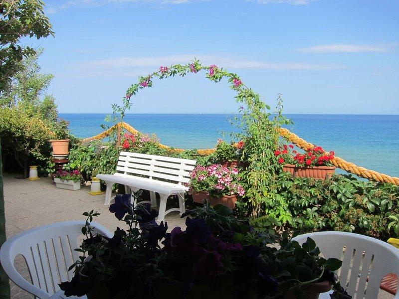 Japigium Ippocampo Holiday Home-Villa con accesso diretto in Spiaggia, location de vacances à Province of Crotone
