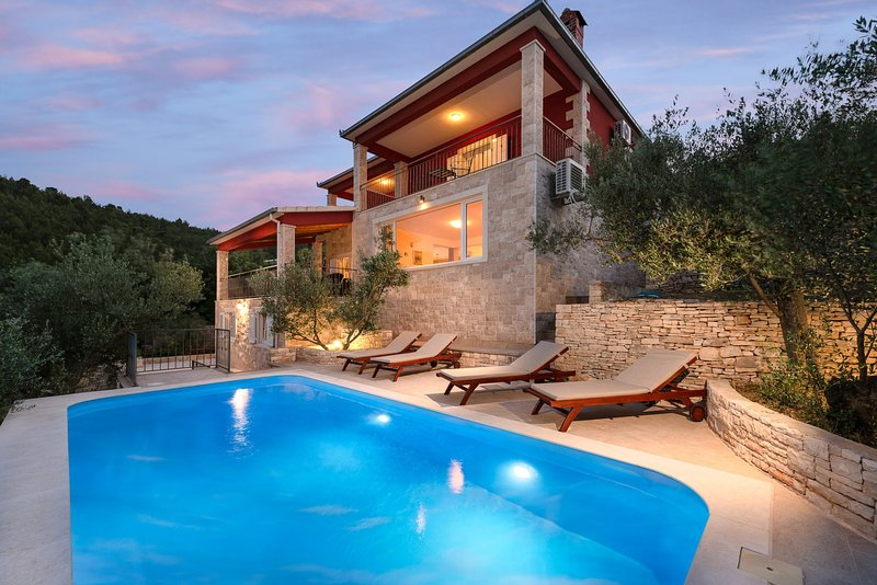 Luxury Villa Stairway to Heaven with Pool, holiday rental in Prigradica