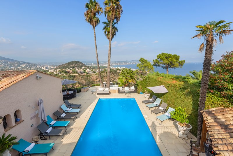 Cannes Mandelieu/Theoule border Lovely 6-Bed Villa, holiday rental in La Napoule-Plage
