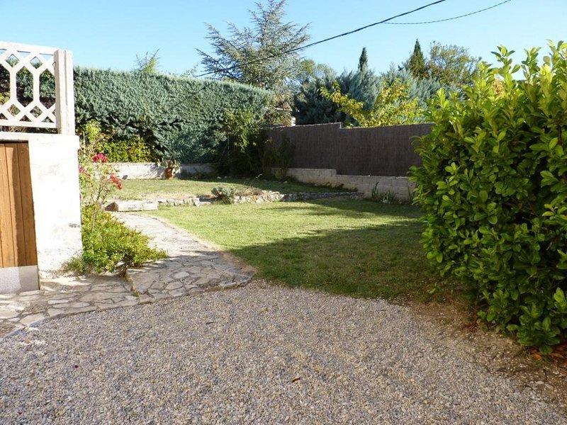 Maison entière au calme avec parking,internet et climatisation, casa vacanza a Vaison-la-Romaine