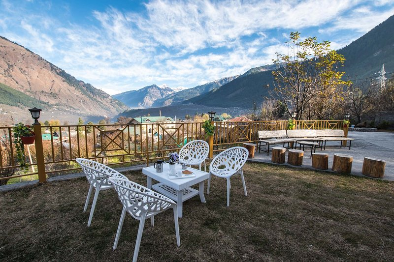 Exotica Manali by Vista Rooms, holiday rental in Karjan