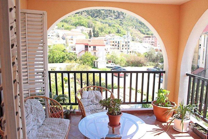 Spacious apartment with beautiful balcony!, alquiler de vacaciones en Municipio de Budva
