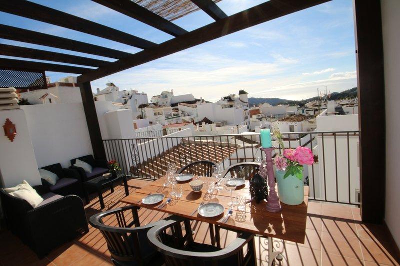 Dorpshuis, gerenoveerd met mooiste terras, uitzicht, 10 minuten van Marbella, holiday rental in Monda