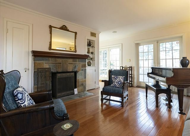 Palisades Hilltop Home - Across from German Embassy, 10 min to Georgetown, holiday rental in Arlington