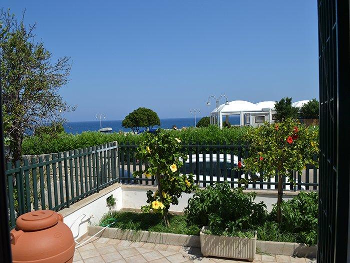 Casa vacanza fronte mare con terrazzo e splendida vista a Torre dell'Orso PT51, vacation rental in Melendugno