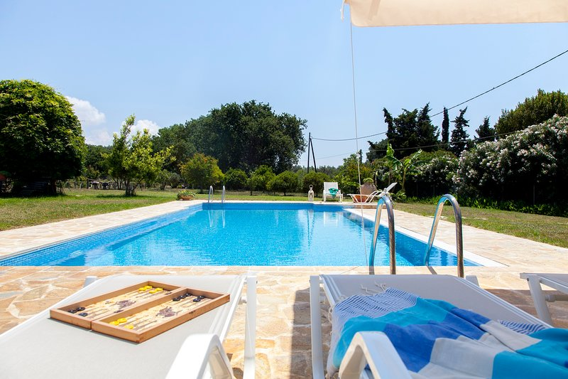 Villa Gaia with private swimming pool, holiday rental in Halikounas