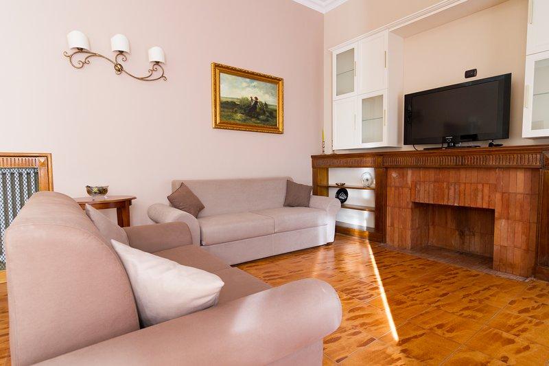 Big apartment with balcony & Wifi, holiday rental in Sant'Agata li Battiati