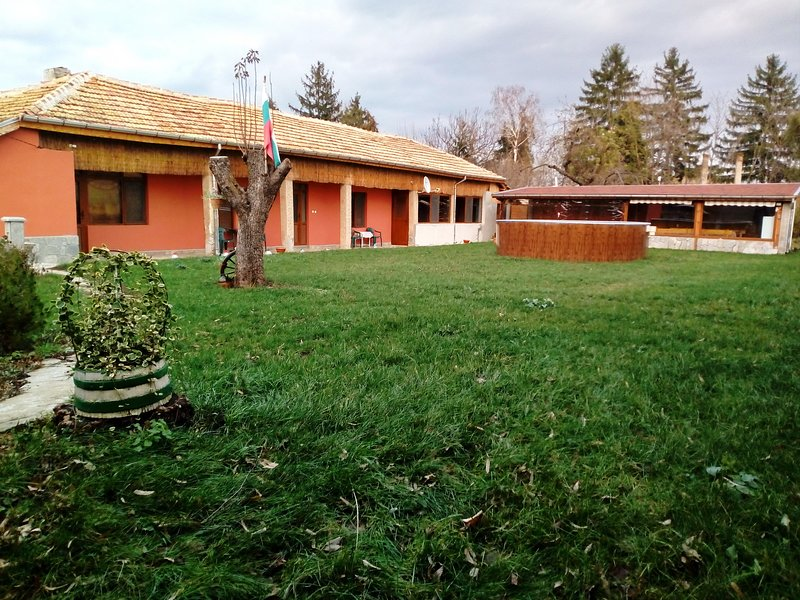 Secluded Villa With Pool And An Outdoor Tavern, vacation rental in Shumen