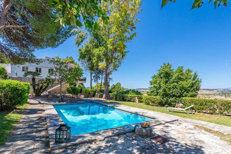 Villa Ca s´Advocat. Stylish villa with spectacular views and swimming pool., aluguéis de temporada em Santa Margalida