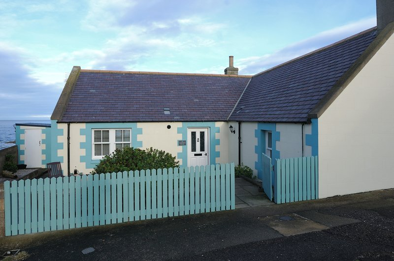 Crooked Hythe Cottage - Seafront Traditional Fisherman's Cottage, Ferienwohnung in Moray