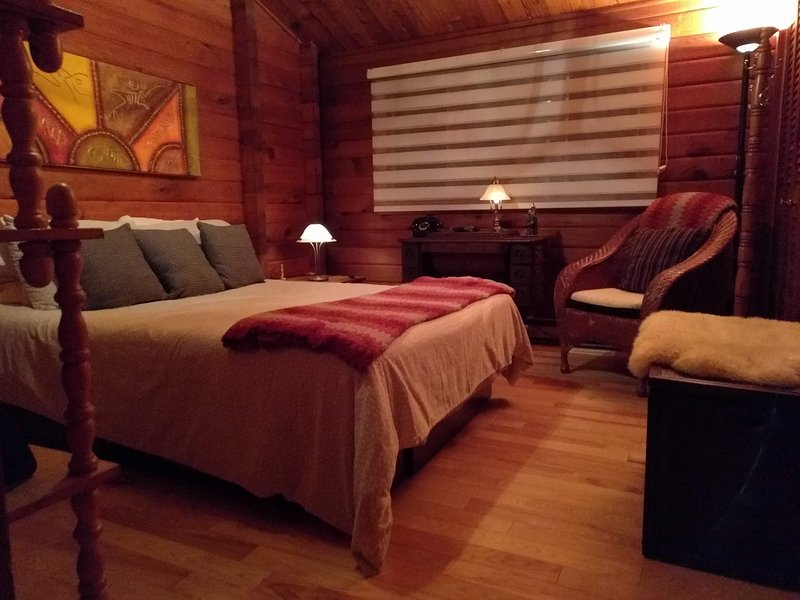 Chambres Oka, bord du lac, maison de bois, holiday rental in Oka