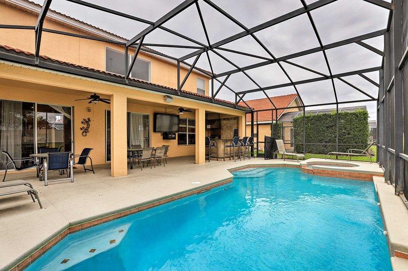 Descubra uma escapada em Davenport nesta casa de férias com piscina com varanda!