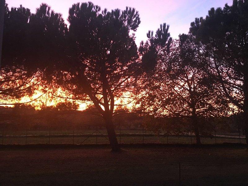 Pôr do sol sobre a paisagem circundante