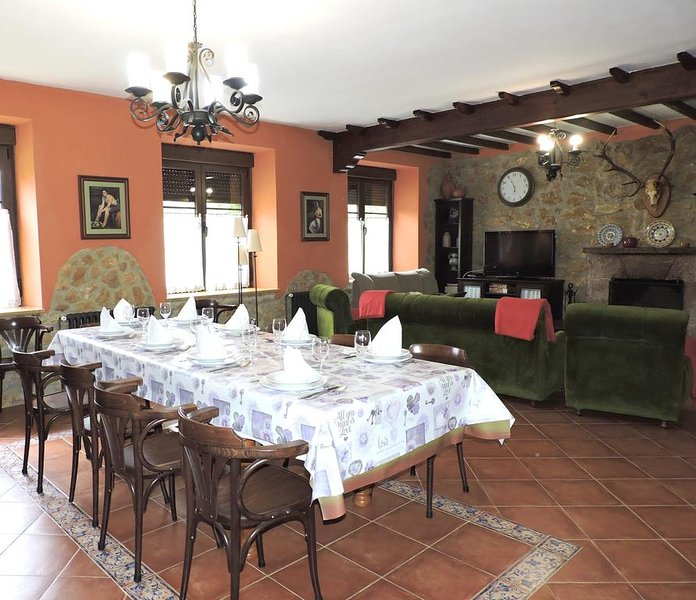 Big house with mountain view & Wifi, location de vacances à Las Regueras Municipality