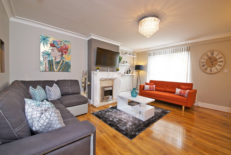 ★Modern Stylish 3 Bedroom House★ + Garden & Parking, vacation rental in Ashton-under-Lyne