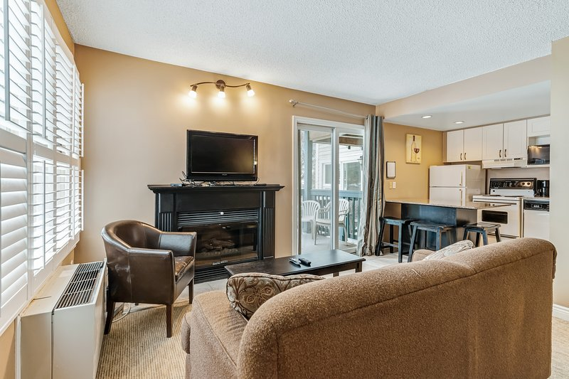 Cozy condo w/ shared hot tub, pool & tennis courts - walk to lifts/shuttle!, holiday rental in Blue Mountains