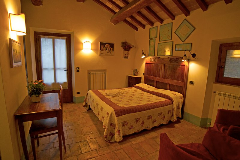 'Lavanda'. Romantic double room with indipendent entrance in old farmhouse, aluguéis de temporada em Radicofani