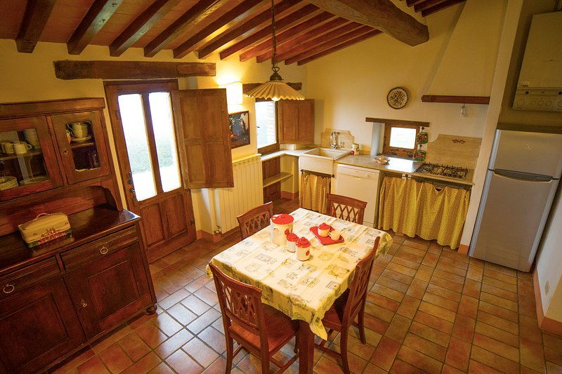 'Olivo Junior'. Charming apartment in Podere Pietreta, old farmhouse with pool, holiday rental in Radicofani