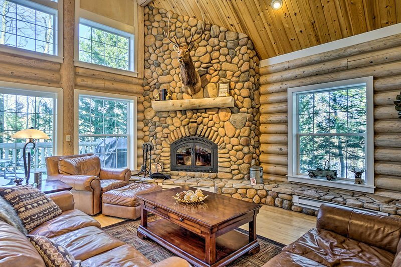 Secluded Log Cabin with Game Room & Forest Views!, aluguéis de temporada em Red Feather Lakes