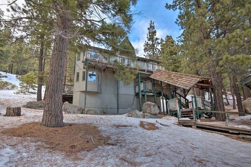 Stateline Ski Base: 1 Acre - Walk to Lodge & Lift!, location de vacances à Kingsbury