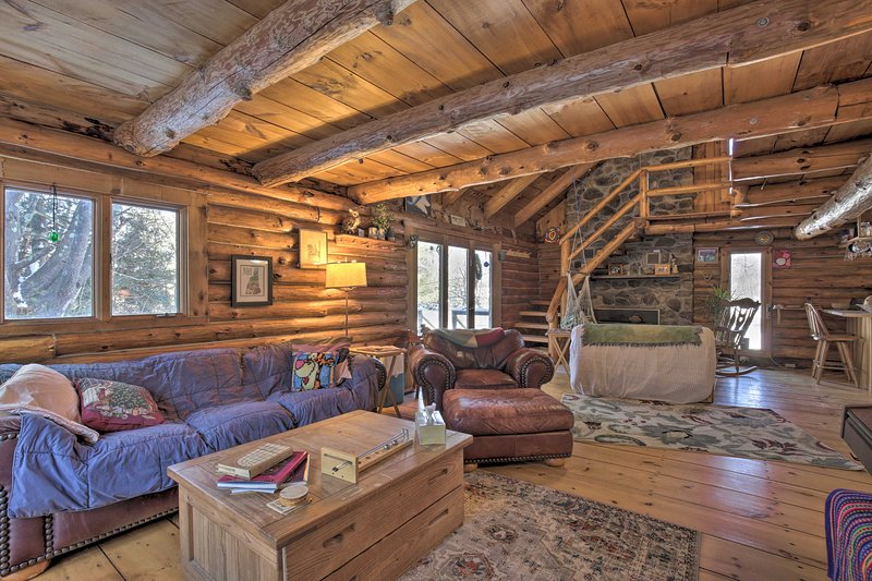 Cabin: Private Hot Tub, Walk to Pats Peak Ski Area, holiday rental in Henniker