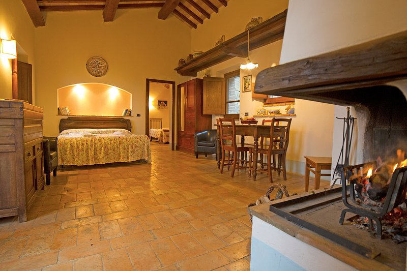 'Quercia House'. Romantic house in old Tuscan style in the heart of Val d'Orcia, holiday rental in Radicofani