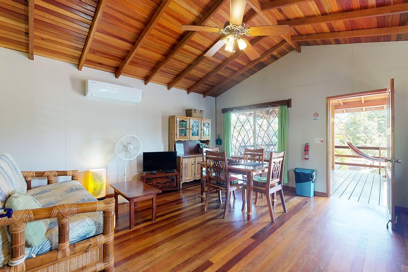 Gorgeous apartment w/ WiFi, partial AC, concierge service - short walk to beach!, holiday rental in Hopkins