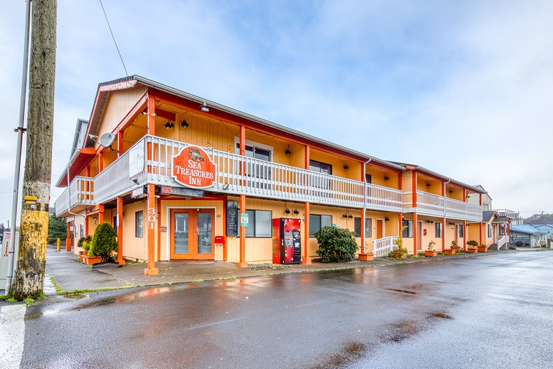 Dog-friendly motel w/ kitchens & kitchenettes and WiFi - walk to the beach!, vacation rental in Rockaway Beach