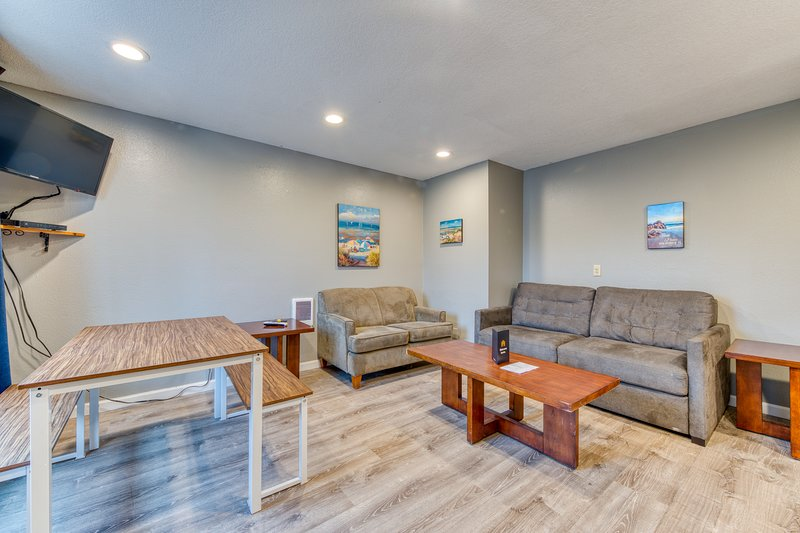 Dog-friendly motel suite with kitchen located near the beach & downtown!, vacation rental in Rockaway Beach