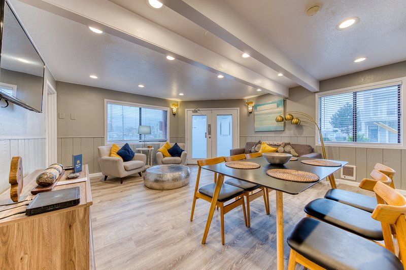 Deluxe dog-friendly suite w/ full kitchen - near the beach & downtown!, vacation rental in Rockaway Beach