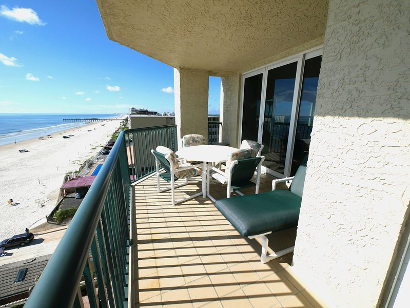 Awesome Oceanfront Luxury - 3BR/3BA - Amazing views, unique amenities. Book now., holiday rental in Daytona Beach