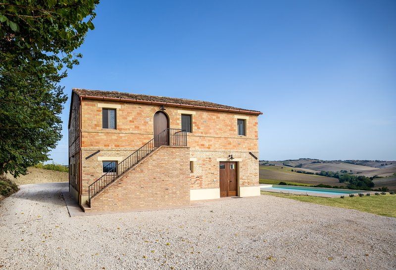 Luxury Marche Villa with swimming pool and panoramic views, location de vacances à Appignano
