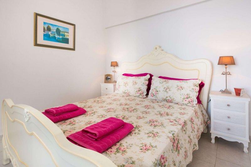 Anna Apartments-seafront apartment 1st floor, alquiler de vacaciones en Chlomos