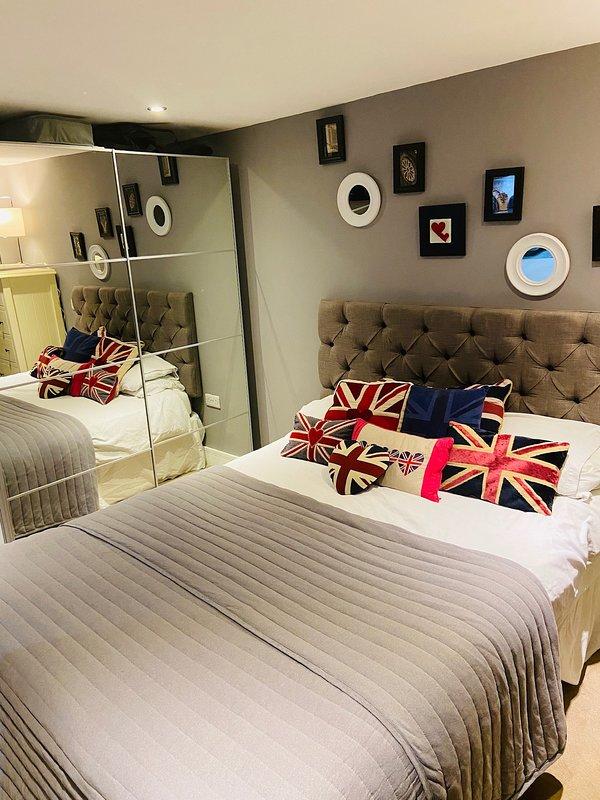 Schlafzimmer mit King Size Bett und Kleiderschrank