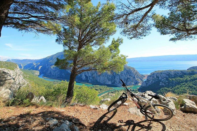 Un mirador sobre el río Cetina y el cañón, a 3 km de la villa.