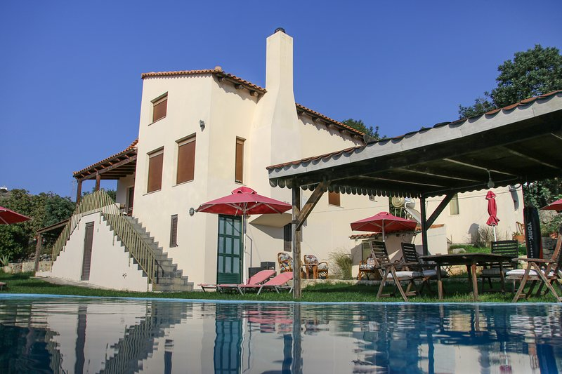 Villa Skantali with private pool,mountain view and peacefull atmosphere, vacation rental in Kato Valsamonero