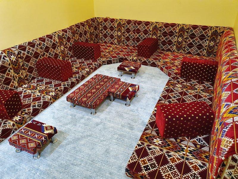 Dormitorio no. 2 con asientos en el piso árabe, pueden acomodar de 6 a 10 personas y pueden dormir 2 fácilmente