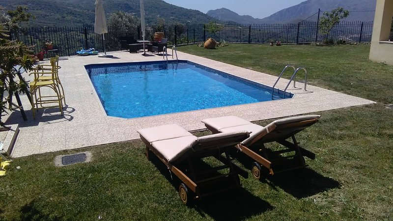 Budget Villa Louloudis for Families w/ Private Pool+ BBQ + Children Area & views, holiday rental in Meronas