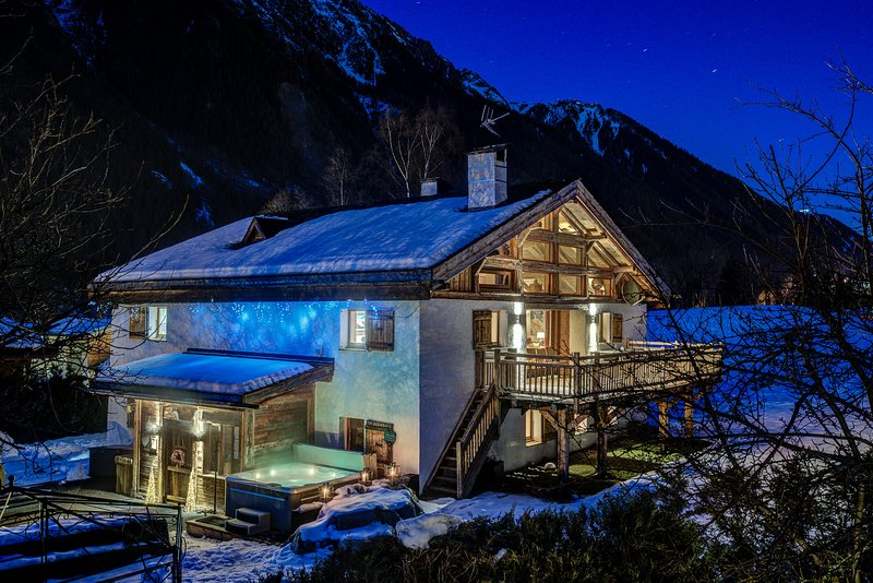 Chalet Tissieres luxury spa chalet - optional catering and ski lift shuttle, holiday rental in Chamonix