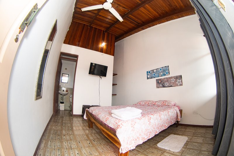 DOLCE VIDA #1 TV - BALCONY - NEXT TO BUS STATION - WIFI, location de vacances à Naranjito
