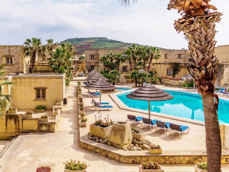 Tal Fanal 3 Bedroom, vacation rental in Ghasri
